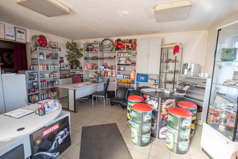 Büro/Verkaufsraum der Autowerkstatt HL Motorsport in Kaufbeuren